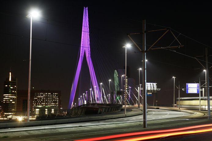 De Spijkenisserbrug zou net als de Erasmusbrug op speciale dagen paars. oranje of rood moeten kleuren.