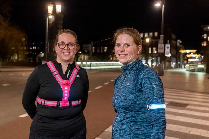 Sanne Minkels en Suzanne Cappon zijn blij dat ze nu nog na half negen kunnen trimmen door Den Bosch.
