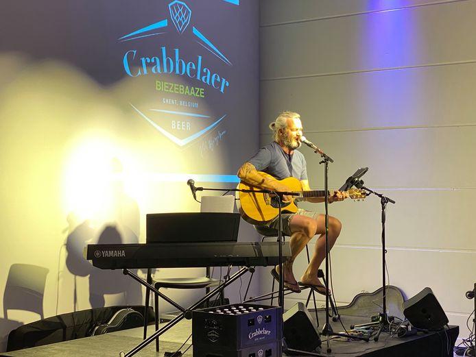 Kurt Burgelman bij een optreden waar het publiek mee biersmaken mag bepalen