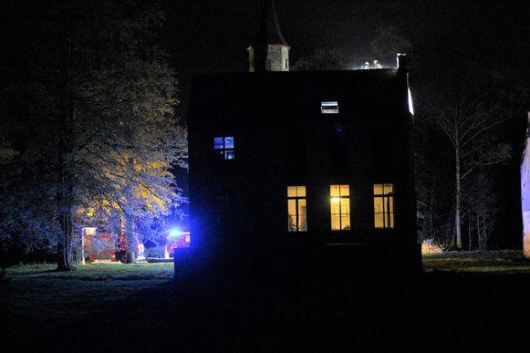 De brandweer aan het bijgebouw van het grotere kasteel Ryckevelde.