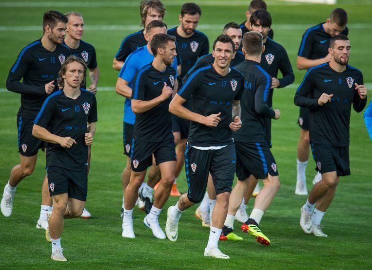 De Kroaten, met spelverdeler Luka Modric (links), stomen zich klaar voor de WK-finale van zondag. Beeld EPA