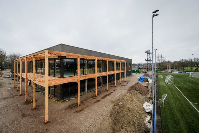In Delden is de bouw van de sporthal in de laatste fase aanbeland. Inmiddels is de vloer gelegd en zijn ook de kleedkamers en het horecagedeelte bijna klaar.