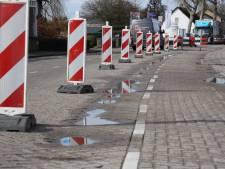 Klinkers Ginderover in Heeze na vorstperiode deels verzakt; weghelft afgesloten
