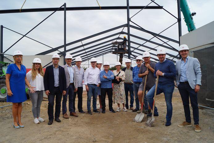 Het bestuur van TC Staden, samen met vertegenwoordigers van het gemeentebestuur, bij de nieuwe tennishal in wording.