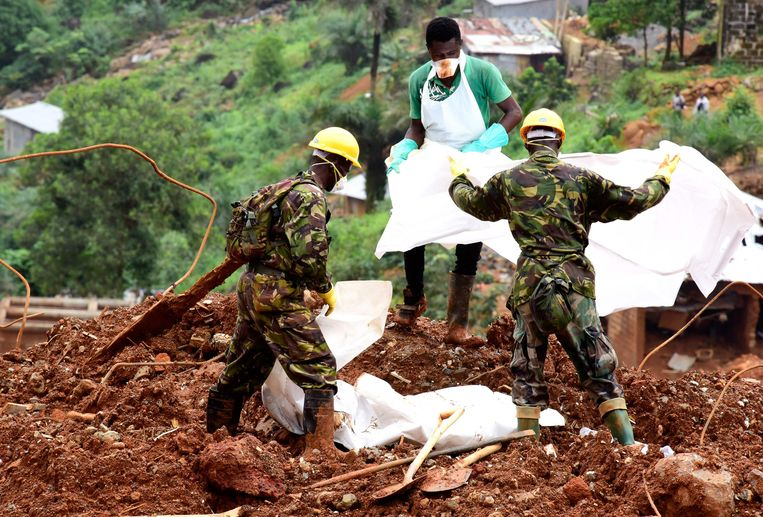Ruim duizend mensen kwamen om toen een modderlawine een buitenwijk van de hoofdstad van Sierra Leone bedolf Beeld AFP