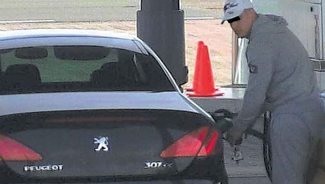 De foto van de benzinedief is ruim 2200 keer 'geretweet'. Op internet ontbreekt het balkje.