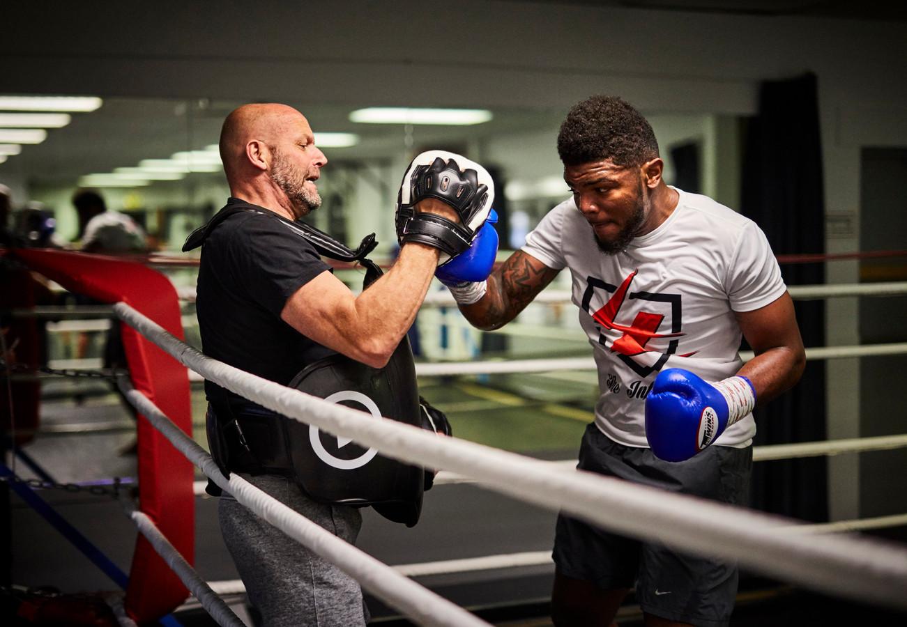 Luc Smiths traint met kickbokser Luis Tavares voor zijn titelgevecht in Antwerpen.