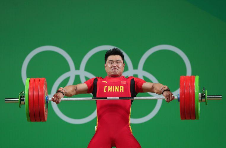 De Chinees Zhe Yang in actie bij het gewichtheffen tijdens de laatste Spelen in 2016. Beeld Getty Images