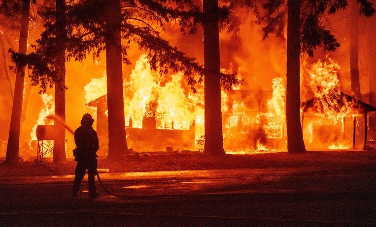 Plumas County, Californië, op 24 juli. Het zogeheten Dixie fire is de grootste brand tot nu toe van dit seizoen en legde al meer dan 192.000 hectare bos in as. Beeld AFP