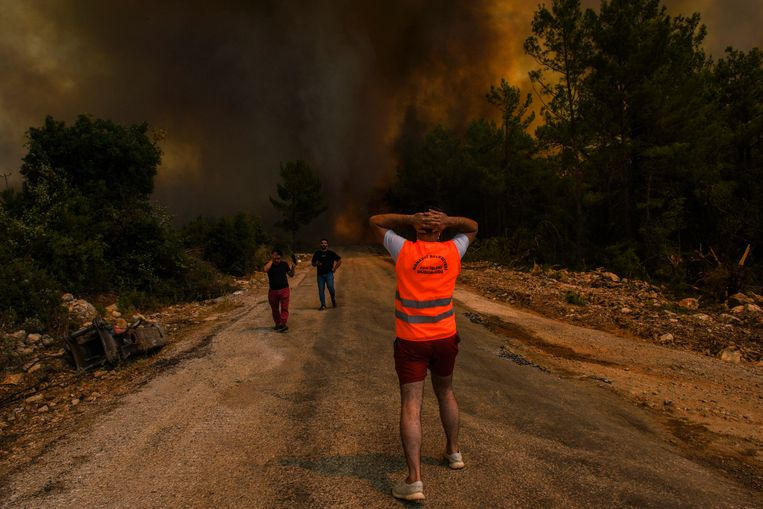 Mensen rennen weg van de vlammen in Sirtkoy, Antalya. Beeld AP