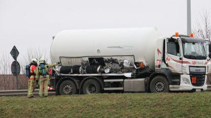 VIDEO: Hele dag verkeershinder door lek in vrachtwagen die propaan en butaan vervoerde