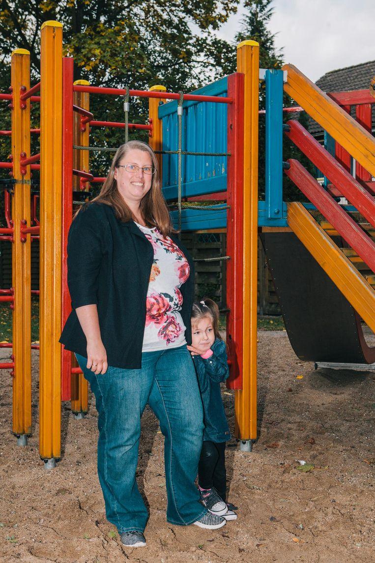 Linda van Aken met dochter Anna-Sophia. Beeld Marcel Wogram
