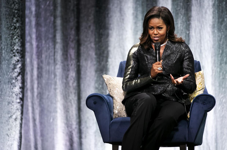 De voormalige first lady Michelle Obama praat over haar autobiografie 'Becoming' in de Amsterdamse Ziggo Dome.  Beeld AFP