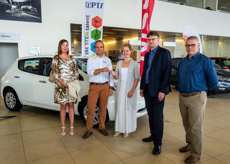 Gert Ielegems, sales manager bij Nissan Beerens, overhandigt de sleutel aan gedeputeerde Inga Verhaert.