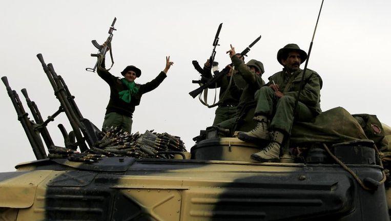 Militairen van het Libische leger van Kadafi zijn ervan overtuigd aan de winnende hand te zijn. Beeld reuters
