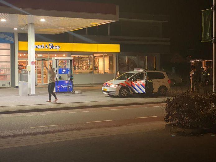 Vanwege een melding van verdachte omstandigheden waar mogelijk een vuurwapen bij betrokken zou zijn, hielden agenten gisteravond twee mensen onder schot. Uiteindelijk troffen ze geen vuurwapens aan.