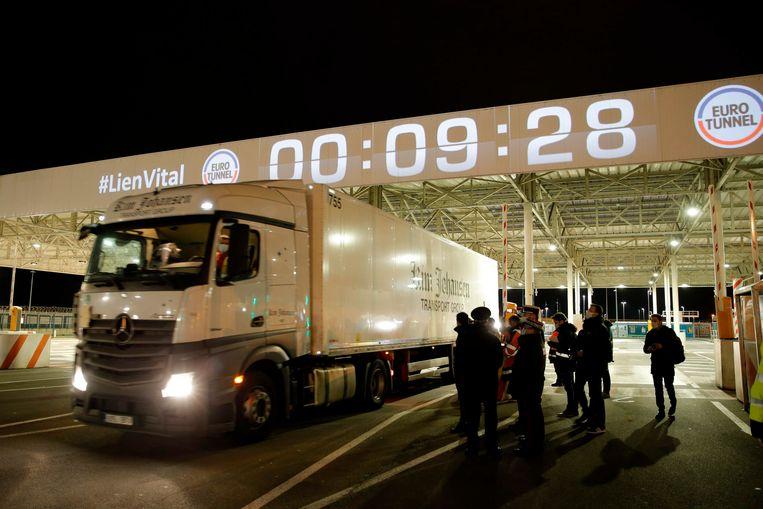 Kort na middernacht rijdt de eerste truck uit Estland de terminal van de Eurotunnel op om aan boord te gaan van de trein die door de Kanaaltunnel rijdt. Beeld AFP