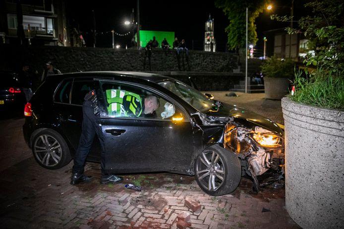 De auto is zwaar beschadigd.