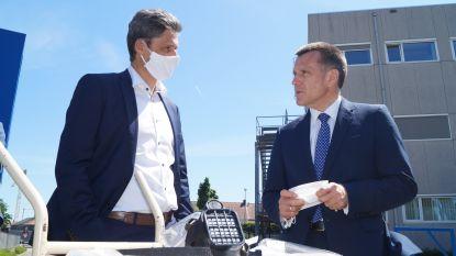 Poolse ambassadeur schenkt rubberen mondmaskers aan Tielts ziekenhuis
