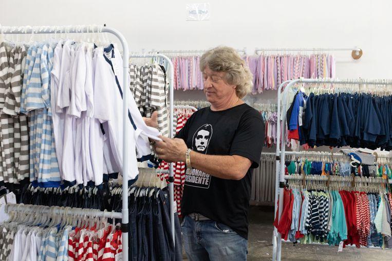 Ondernemer Angelo Antonio Bucioloti staat tussen zijn onverkochte babyspullen.
