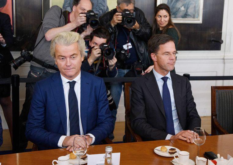 Geert Wilders en Mark Rutte tijdens het overleg tussen de lijsttrekkers, gisteren in het parlement. Beeld Getty Images