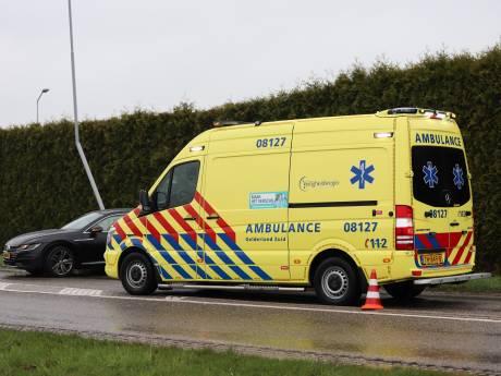 Auto botst tegen lantaarnpaal, airbags schieten eruit