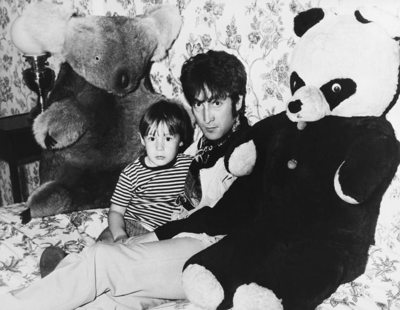 John Lennon en zoon Julian, 1968. Beeld Gamma-Keystone via Getty Images