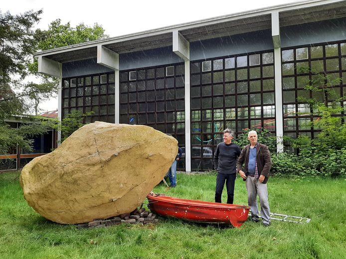 Herman Lamers (rechts) en zijn rotsblok.