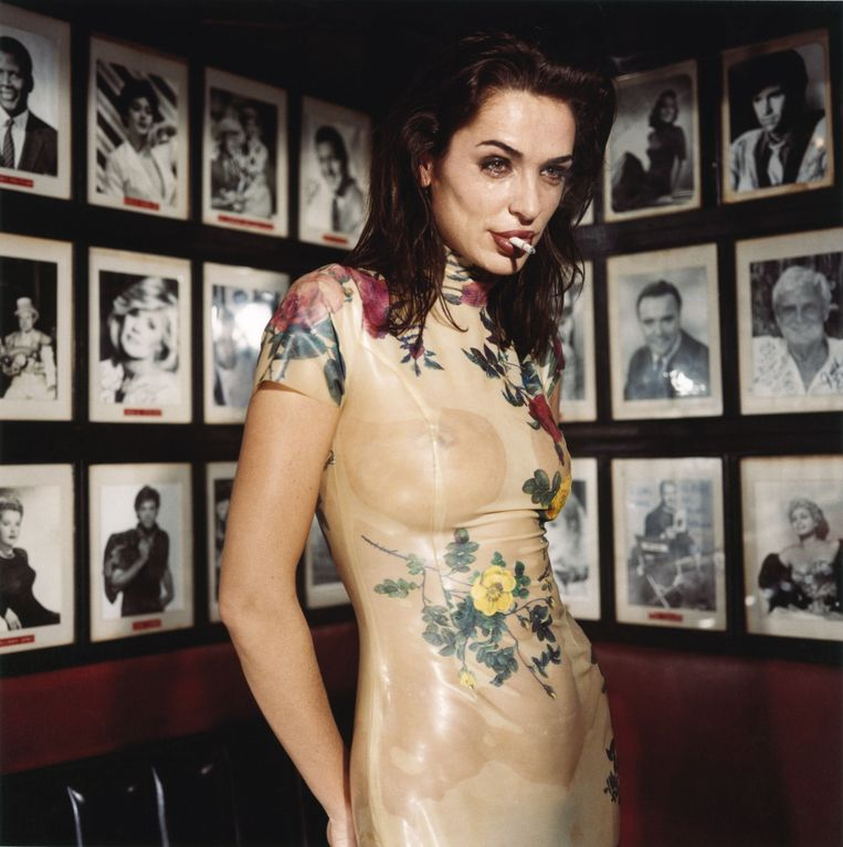 Claire Stansfield crying in the Formosa Café, February 1994, Los Angeles. Beeld bettina rheims