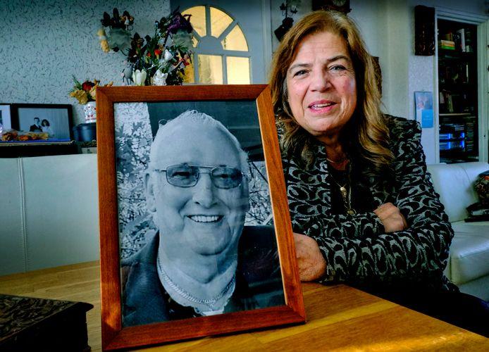Jeanette Roodnat met een foto van haar overleden man Frie Roodnat.