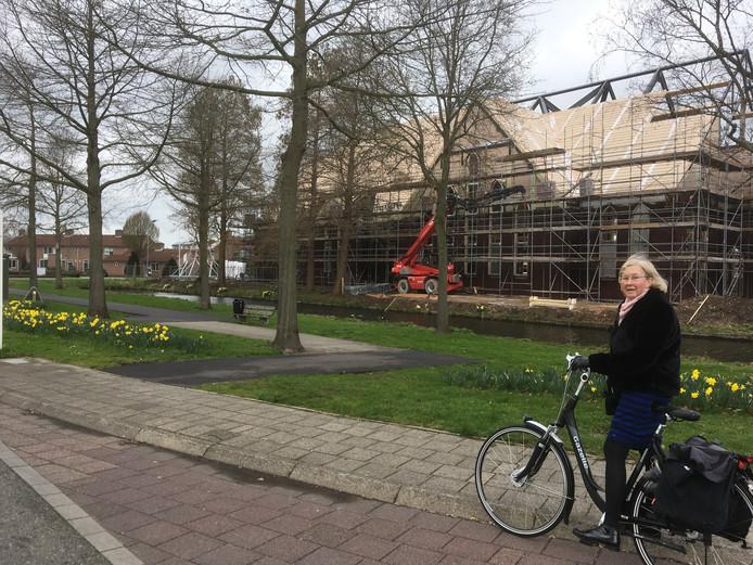 Mieke Bats rijdt elke dag even om zodat ze de kerk in aanbouw kan zien.