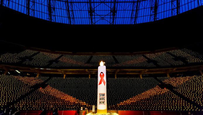 Archiefbeeld: tienduizenden kaarsjes in de Arena op Wereld Aids Dag in 2015.