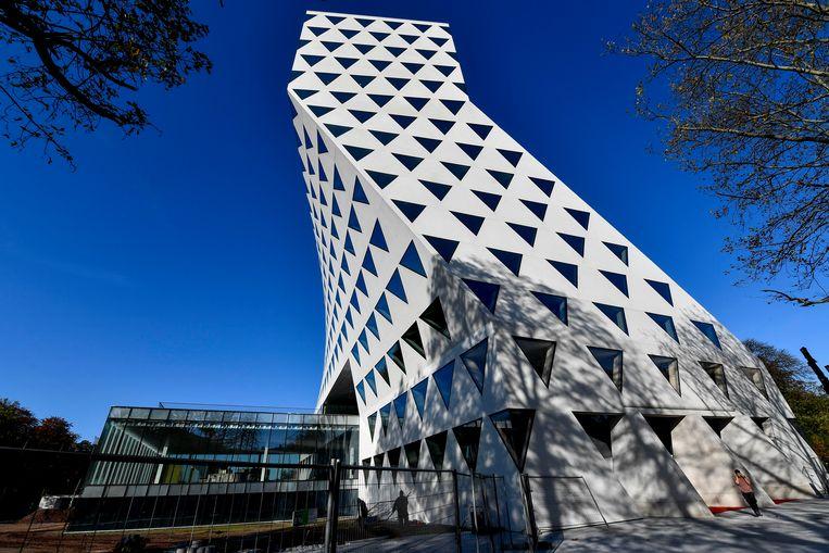 Het Provinciehuis in Antwerpen, van architect Xaveer De Geyter, is een geknikte toren opgebouwd uit driehoekige ramen. Beeld BELGA