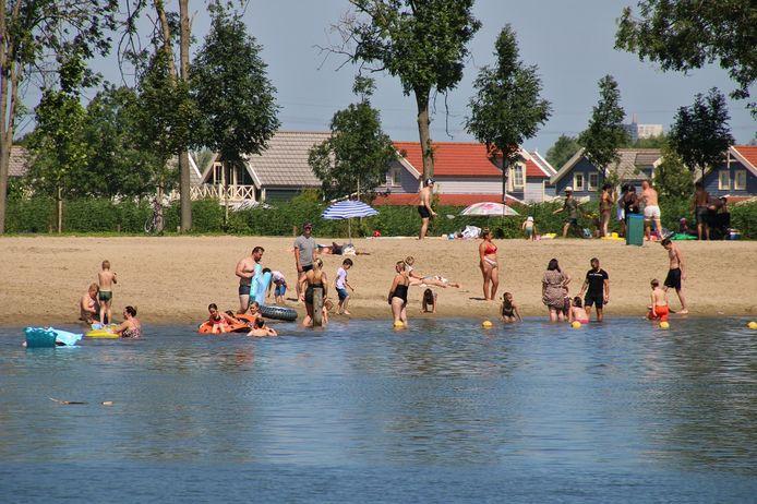 Recreanten negeren het negatieve zwemadvies in de Stompaardse Plas.