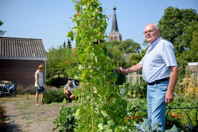 Voorzitter Geert Hut in de Dorpstuin van Zorgcoöperatie Graaggedaan Leende.