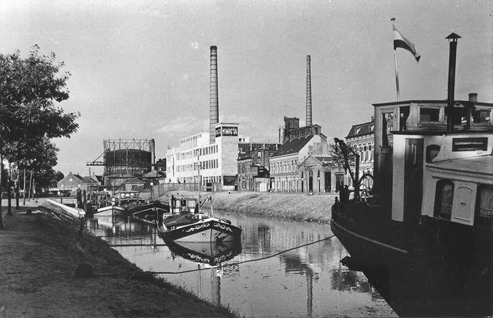 De Kwatta, gezien vanaf de Tramsingel, in 1952. Op de achtergrond is ook de gasfabriek te zien.