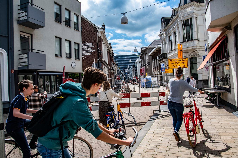 Aan deze aanblik van de Willem II-straat wordt het wennen de komende tijd: het werk duurt maanden. Daarbij wordt de straat in verschillende fases opengebroken. Er komt groen voor terug.