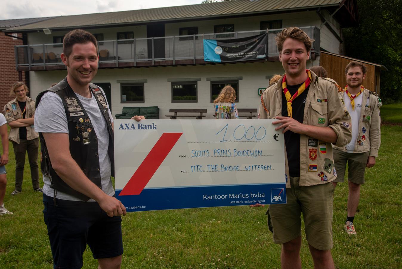Voorzitter Kevin schenkt de cheque aan Floris van Prins Boudewijn.