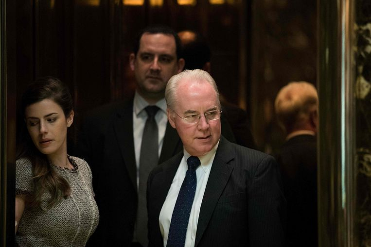 Tom Price verlaat de Trump Tower op 15 november. Beeld AFP
