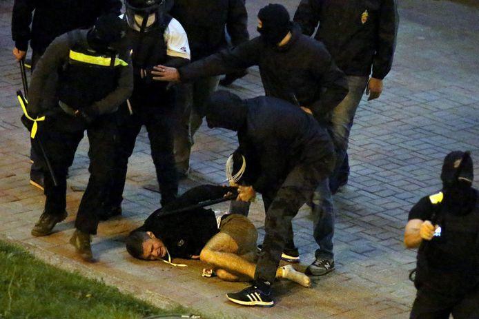 Ordetroepen arresteren in Minsk een betoger na een uit elkaar geslagen massabetoging tegen Alexander Loekasjenko. (archieffoto 23 september 2020).