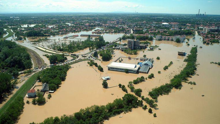 De Servische stad Obrenovac gisteren. Veel huizen staan onder water. Beeld afp