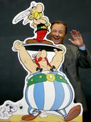 Albert Uderzo poseert lachend bij Asterix, Obelix en hondje Idéfix. De tekenaar overleed deze week op 92-jarige leeftijd.