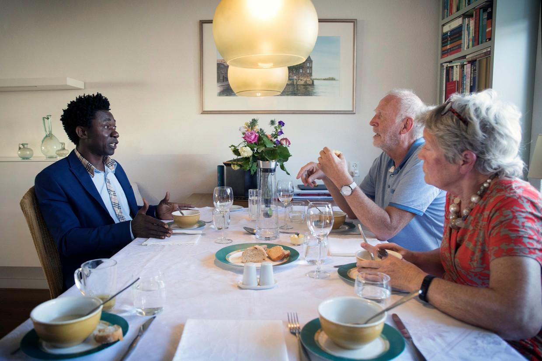 Leny en Hans van Rossum nodigden Babah Tarawally uit voor een diner bij hen thuis.