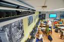 De airco zorgt voor koele lucht in het muzieklokaal van het Maaslandcollege in Oss.  Rechts muziekdocent John Blummel.