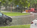 Sommige delen van straten in Knokke staan volledig onder water.