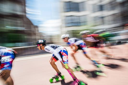 Deelnemers aan de marathon van het WK Inline Skaten razen door de Arnhemse binnenstad.
