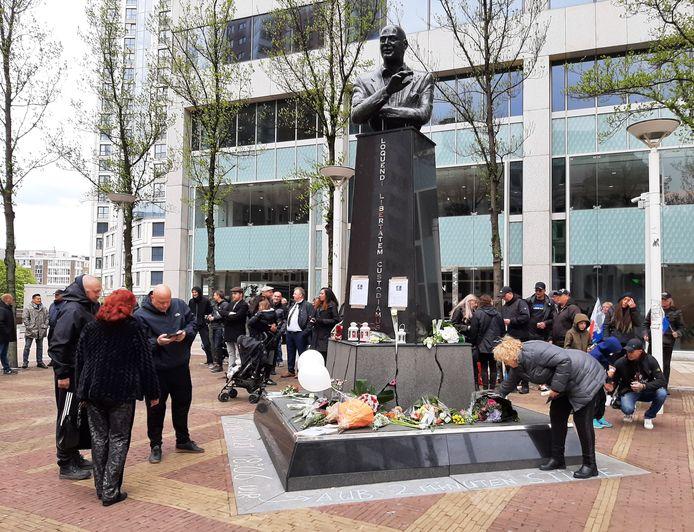 Aanhangers leggen bloemen bij het beeld van Pim Fortuyn tijdens de herdenking, negentien jaar na zijn dood.