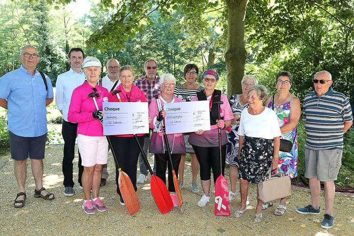 Kantkring 't Liers Juweeltje en buurtcomité Netenbeemd overhandigden een cheque aan de Pink Ribbonettes.