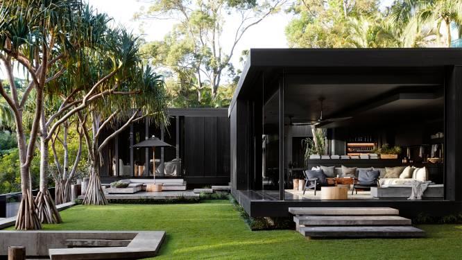 Zwart, zwarter, zwartst: donkere tinten zetten strand en exotische tuin bij deze villa nog meer in de verf