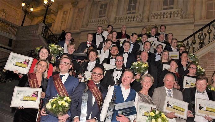De winnaars van de Hospitality Awards verzamelen voor een groepsfoto.
